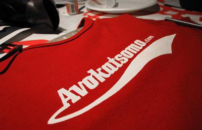 Avokatsomo-paita punaisena